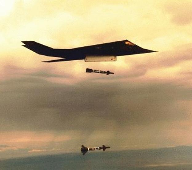 الطائر الامريكية الغير مرئيةطائرة التسلل الأمريكية الغير مرئية F-117-drop