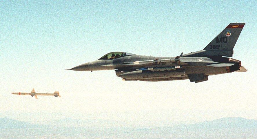 Photos d'avions militaires en plein vol - Page 2 F-16-harm-19990520f16mo