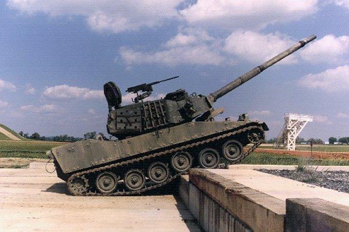 Компоновка легкого танка M8 имеет классическую схему с передним расположением отделения управления, задним...